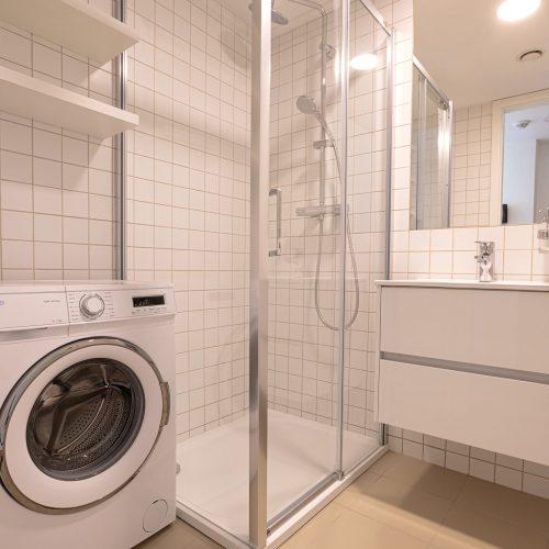 Automatická pračka a sprchový kout